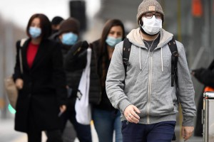 Commuters wearing masks.  Photo: AFP