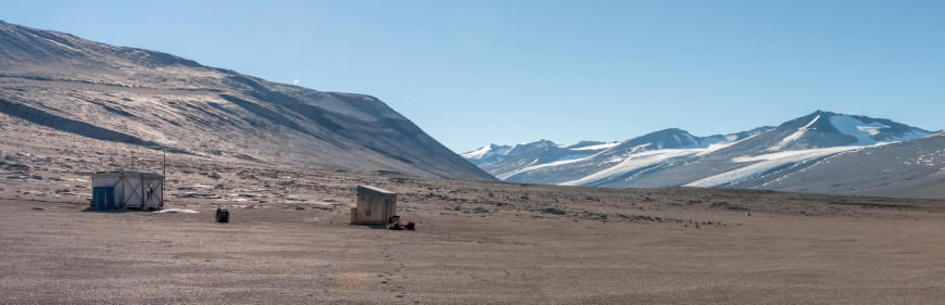 Bull Pass, within the Wright Valley. The buildings house refuges and science equipment.